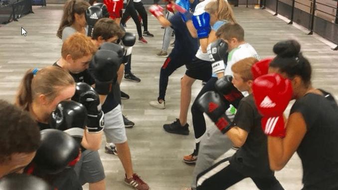 Huit personnes alignées qui sont en train de boxer pour l'actualité