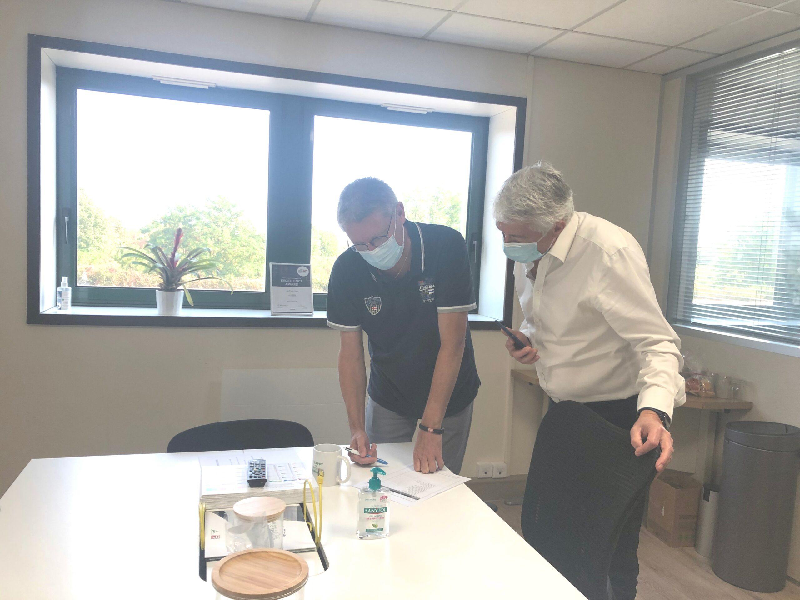 Deux hommes travaillent dans un bureau